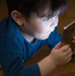 A che età i figli possono avere il cellulare?